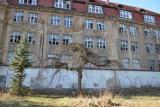 Królestwo bezdomnych i złomiarzy. W Żaganiu stoi hotel żywcem wyjęty z horroru! A jeszcze niedawno tętnił życiem