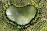 WAKACJE 2021 Niezwykły cud natury. Niecałe 50 minut drogi z Zielonej Góry, pośród lasów, kryje się niezwykłe jezioro w kształcie serca.