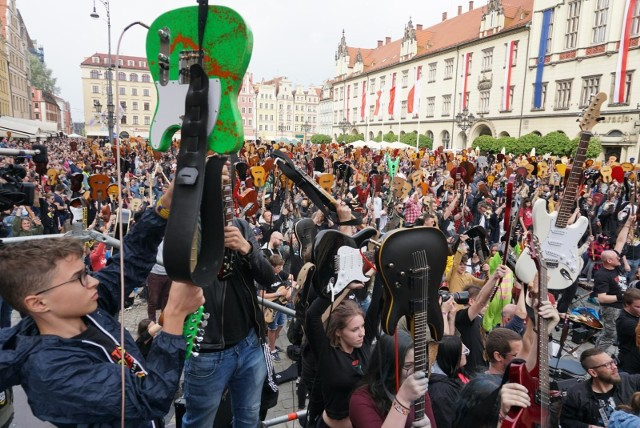"""Już w piątek, 1 maja, odbędzie się 18. edycja Gitarowego Rekordu - po raz pierwszy w historii w całości online - transmisję na żywo zobaczycie na GazetaWroclawska.pl. Legendarne """"Hey Joe"""" będzie można zagrać w domach, w oknach, na balkonach i w ogrodach. W historii Gitarowego Rekordu Guinnessa tegoroczna edycja zaznaczona będzie jako """"specjalna edycja online"""" - niezależnie od wyniku, w przyszłym roku do pobicia rekordu nadal potrzebne będą minimum 7 424 gitary. Kto ze znanych zagra w tej edycji? Jak się przygotować i wziąć udział? O tym wszystkim piszemy na kolejnych stronach."""