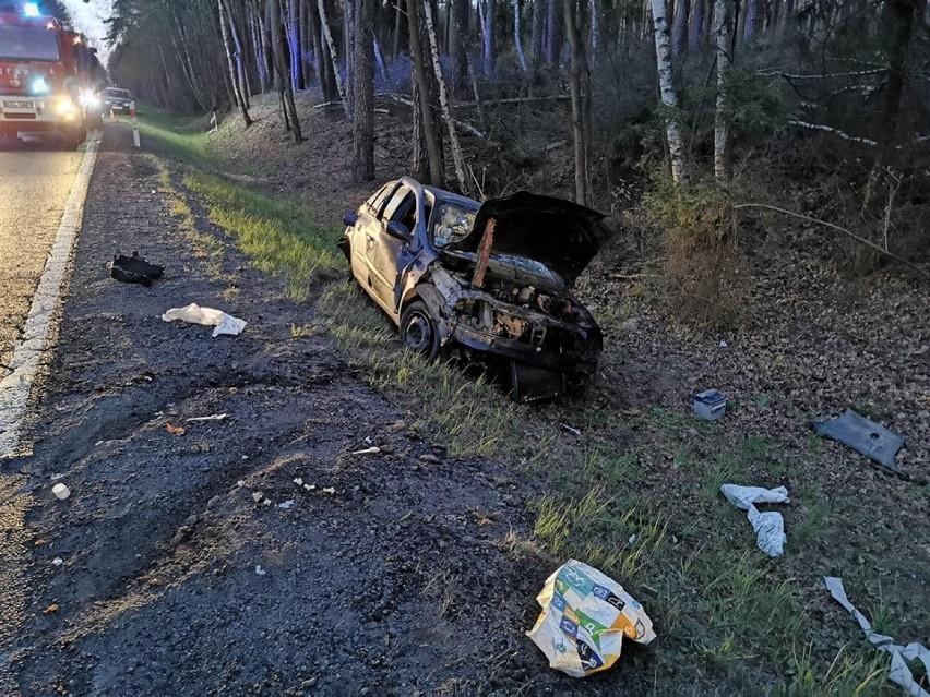 Śmiertelny wypadek. 44-letni kierowca z powiatu ostrowskiego uderzył w drzewo