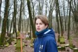 Niezwykła historia pod Świebodzinem! Nastolatek sam rekonstruuje stary, poniemiecki cmentarz w Podłej Górze. Po co to robi?!