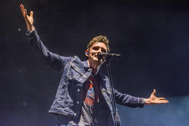 Urodził się w Dąbrowie Górniczej 23 maja 1993 roku. Związany od lat z Dąbrową Górniczą, gdzie stawiał pierwsze poważniejsze kroki w świecie muzyki w Szkole Muzycznej im. Michała Spisaka oraz Młodzieżowym Ośrodku Pracy Twórczej. W 2012 zwyciężył w finale drugiej edycji programu telewizyjnego X Factor. W 2013 roku wydał debiutancki album pt. Comfort and Happiness. Dziś ma na swoim koncie trzy albumy studyjne, a ostatni – Miałomiasteczkowy, wydany został w 2018 roku. Zdobył wiele nagród muzycznych, m.in. Fryderyków.
