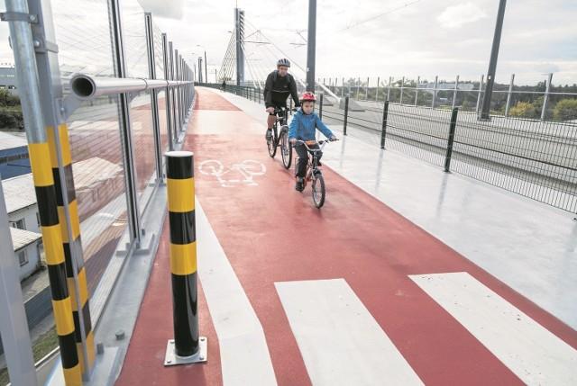 Nowa estakada musi być już wyremontowana. Ścieżka rowerowa i część dla pieszych są po deszczu bardzo śliskie.