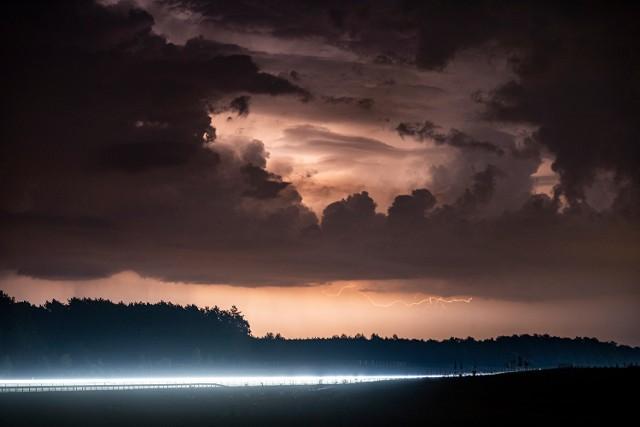 Mroczne niebo podczas burzy nad Świebodzinem