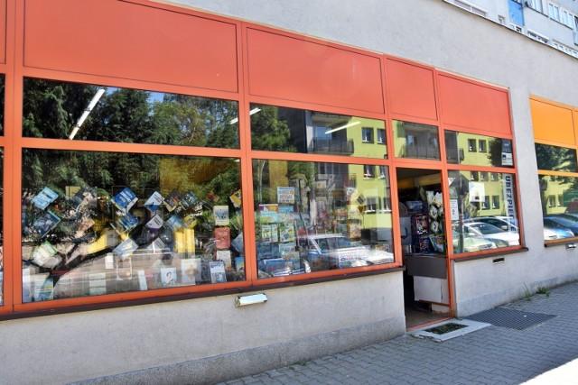"""Adres: ul. 3 Maja 43. Jest to aktualnie jedyna i najstarsza """"niesieciowa"""" księgarnia w Oleśnicy, prowadzona przez małżeństwo."""