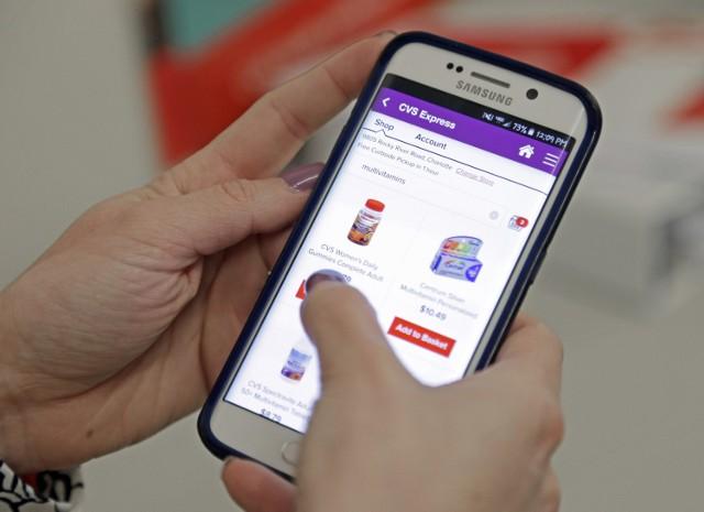 Smartfon  Komórki w dzisiejszych czasach kupujemy coraz młodszym dzieciakom. Robimy to aby być z nimi w stałym kontakcie, a one dostają dzięki temu multimedialny kombajn z funkcją aparatu na czele. Telefony z różnych półek cenowych sprawiają, że każdy tutaj znajdzie coś na własną kieszeń.   Koszt: 200 zł - 1500 zł