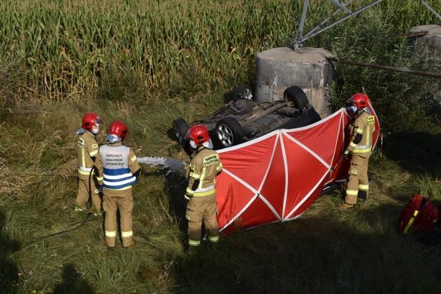 Śrem: śmiertelny wypadek na drodze DW 434. Samochód osobowy dachował na obwodnicy Śremu