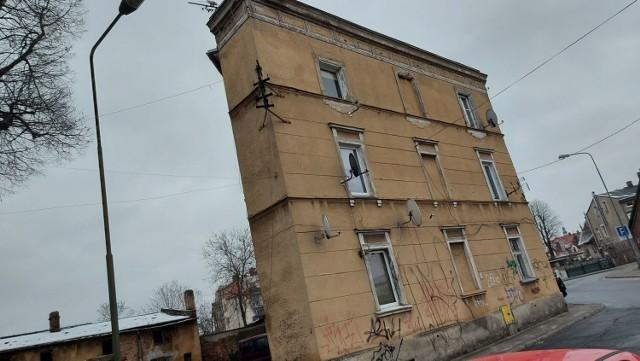 U zbiegu ulic Krakusa i Zamkowej stoi wąski dom. Niektórzy zielonogórzanie nazywają go chudym. Wszystko jednak zależy, z której strony na ten dom spojrzymy