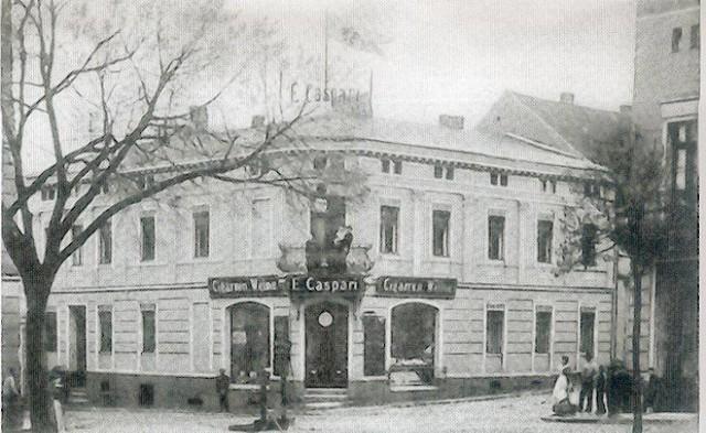 Sklep tytoniowy Caspariego na rogu ulicy Kopernika i 10 Lutego w latach 1905 - 1915.