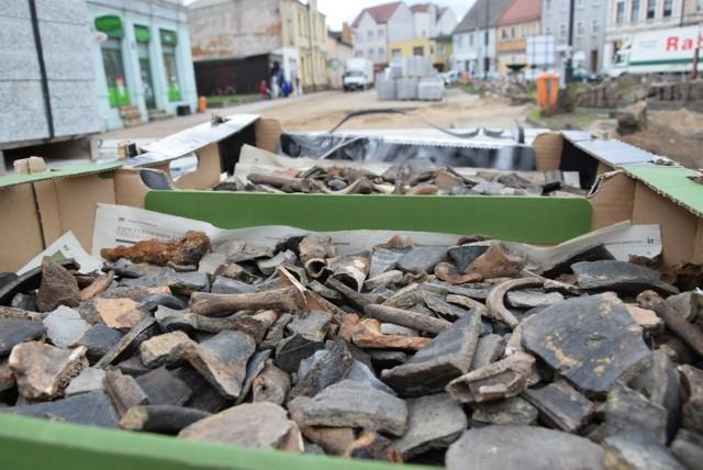 Fragmenty średniowiecznych naczyń ceramicznych  Oto, co odkryli archeolodzy podczas prac rewitalizacyjnych Sępólna