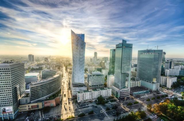 """Warszawa nie ma prawdziwego centrum miasta, ale z pewnością ma """"city"""", czyli miejsce gdzie kumulują się główne siedziby zagranicznych firm, gdzie znajdują się najwyższe w Polsce drapacze chmur, gdzie bije finansowe serce Polski. Nie da się z tym polemizować, dlatego te rundę wygrywa Warszawa.  Wynik: 2:2"""