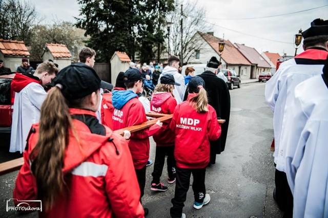 Młodzi druhowie z Młodzieżowej Drużyny Pożarniczej OSP Koźmin Wlkp. podczas Drogi Krzyżowej