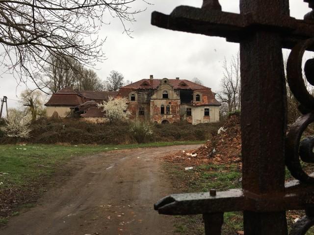 Tajemniczy budynek we wsi Glinka, 75 km od Nowej Soli. Nazywany jest pałacem samobójców