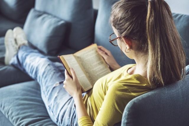 Jaka jest nowa lista lektur dla klas 7-8 szkoły podstawowej na rok szkolny 2021/2022? Sprawdź w naszym artykule, które lektury będzie czytać i omawiać twoje dziecko. Wykaz lektur obowiązkowym i uzupełniających na przestrzeni lat może ulegać zmianie. Znajomość lektur jest obowiązkowa dla ucznia. Ponadto czytanie pozytywnie wpływa na rozwój człowieka, dlatego warto zachęcać dzieci do czytania książek.