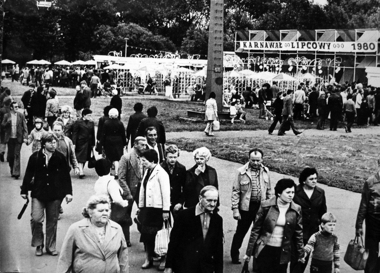 Święto 22 lipca - pamiętacie jeszcze domy we flagach i pomniki w kwiatach? Zobacz archiwalne ZDJĘCIA | Katowice Nasze Miasto