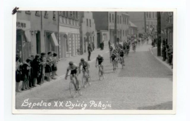Kolarze przejeżdżający ul. 22 Lipca (obecnie Hallera) w Sępólnie podczas XX Wyścigu Pokoju.