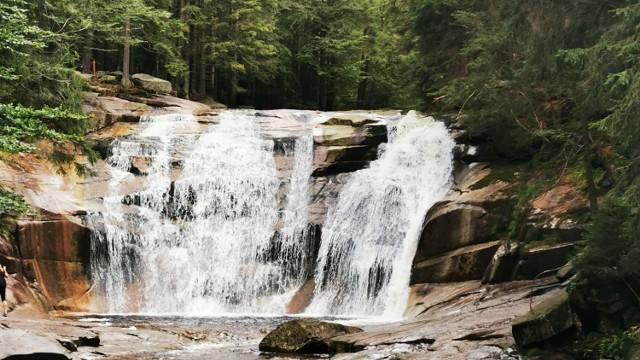 W pobliskim Harachovie znajduje się jeden z najpiękniejszych karkonoskich wodospadów. Mumlavský vodopád leży na potoku Mumlawa. Większe i mniejsze kaskady mają wysokość około 9 metrów, a woda górskiego potoku spada z granitowych bloków i tworzy głębokie kotły eworsyjne, zwane Czarcimi Okami. Wodospad można oglądać albo z tarasu widokowego, albo z małego mostka.
