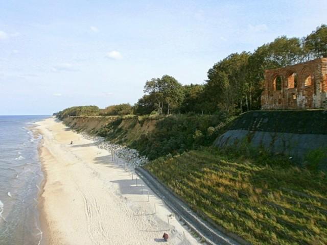 Niewielka osada w gminie Rewal wyróżniająca się niezwykłym położeniem na klifie. Ulokowana na nim platforma ułatwia podziwianie pięknych widoków. Najważniejsza jest jednak szeroka piaszczysta plaża.Wśród miejscowych zabytków wyróżniają się ruiny gotyckiego kościoła wybudowanego ponad 600 lat temu.   Zobacz więcej na kolejnym slajdzie --->