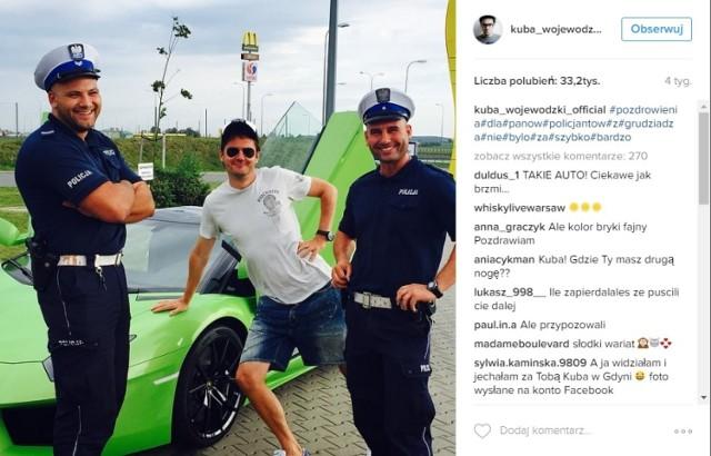 """""""Pozdrowienia dla panów policjantów z Grudziądza. Nie było za szybko. Bardzo"""" - napisał Kuba Wojewódzki na Instagramie. Fotka zebrała ponad 33 tysiące polubień internautów."""