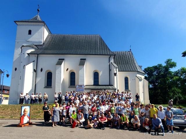 Tak prezentowali się uczestnicy zeszłorocznej pielgrzymki do Sulisławic. W tym roku mieszkańcy Staszowa i okolic wyruszą tam już po raz 200