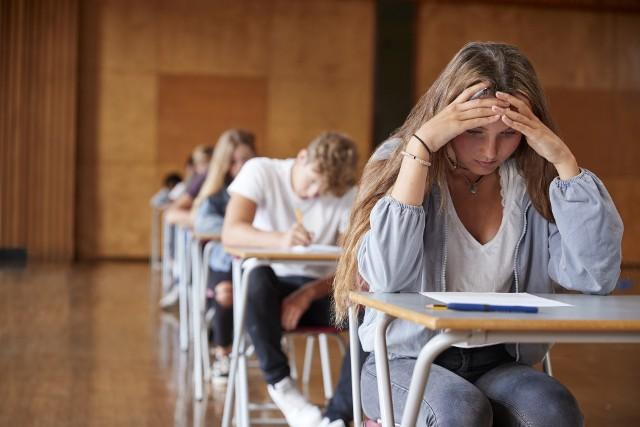 Kalendarz na rok szkolny 2021/2022 jest już oficjalny. Znamy nie tylko daty ferii zimowych, ale także ferii świątecznych, rozpoczęcia i zakończenia roku szkolnego. Z tego artykułu dowiesz się również, kiedy jest egzamin ósmoklasisty 2022, kiedy wypadają egzaminy maturalne w 2022 roku,a kiedy egzaminy zawodowe.