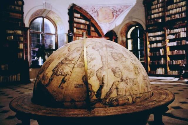 Biblioteka w dawnym Opactwie Kanoników Regularnych Św. Augustyna to jeden z cudów Polski. Trzeba ją koniecznie odwiedzić po zakończeniu pandemii. Dzisiaj można obejrzeć zdjęcia i filmy.
