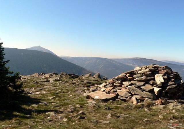 Skalny Stół, liczący 1281 m n.p.m., stanowi jeden ze szczytów Karkonoszy i najwyższy szczyt Kowarskiego Grzbietu.