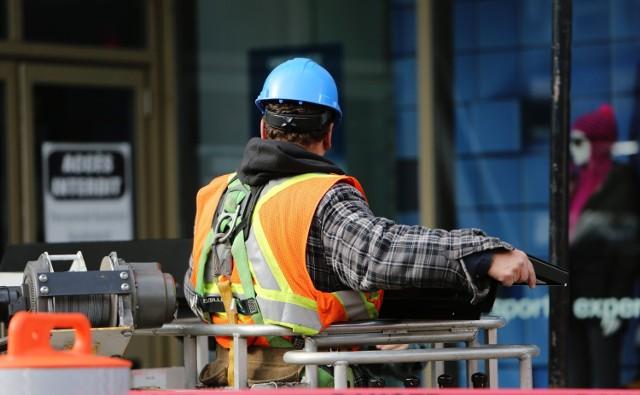 Na rynku jest sporo ofert pracy, także tej lepiej płatnej. Okazuje się, że w większości przypadków pracodawcy nie stawiają żadnych wymagań dotyczących wykształcenia, liczą się za to umiejętności, czasami znajomość języka obcego.   Kto może liczyć na dobrze płatną pracę? Z pewnością kierowcy ciężarówek. Firmy transportowe nieustannie poszukują pracowników i zatrudniają praktycznie od ręki. Poszukiwani są także dobrzy fachowcy z różnych branż.   Na kolejnych slajdach prezentujemy przykładowe oferty pracy w województwie lubuskim i w Niemczech. Większość z nich pojawiła się na portalu olx.pl.    Wideo: Zrezygnowali ze studiów i pracy, teraz mają ponad 10 mln fanów. Marlena Sojka i Kuba Norek o swojej karierze w aplikacji TikTok  źródło: Dzień Dobry TVN/x-news