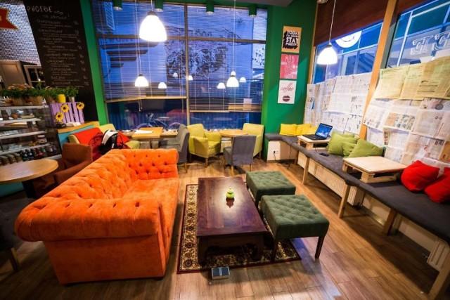 """How u doin cafe to pierwsza w Warszawie kawiarnia dedykowana fanom serialu """"Przyjaciele"""". Miejsce nie jest wierną kopią telewizyjnego Central Perku, ale ma za to jak najlepiej oddać klimat całego amerykańskiego sitcomu. Kawiarnia tworzona jest przez zagorzałych fanów """"Przyjaciół"""", którzy mają już spore doświadczenie w branży gastronomicznej. Lokal znajdziecie w na Pięknej 28/34."""