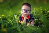 Coraz więcej dzieci musi nosić okulary. Jak prawidłowo dbać o wzrok?