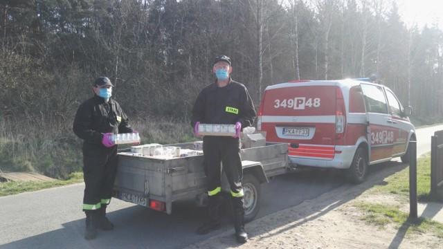 Gmina Brzeziny. Strażacy rozwozili paczki żywnościowe potrzebującym