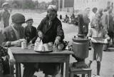 Niezwykłe zdjęcia! Tak wyglądało życie na ulicach Warszawy w 1941 roku
