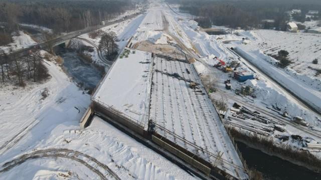 Zaglądamy na budowę trasy S5 na odcinku Białe Błota-Szubin w woj. kujawsko-pomorskim.   Zdjęcia z drona można obejrzeć w galerii >>    Odcinek liczy 9,7 km. Wartość kontraktu to blisko 360 mln zł.