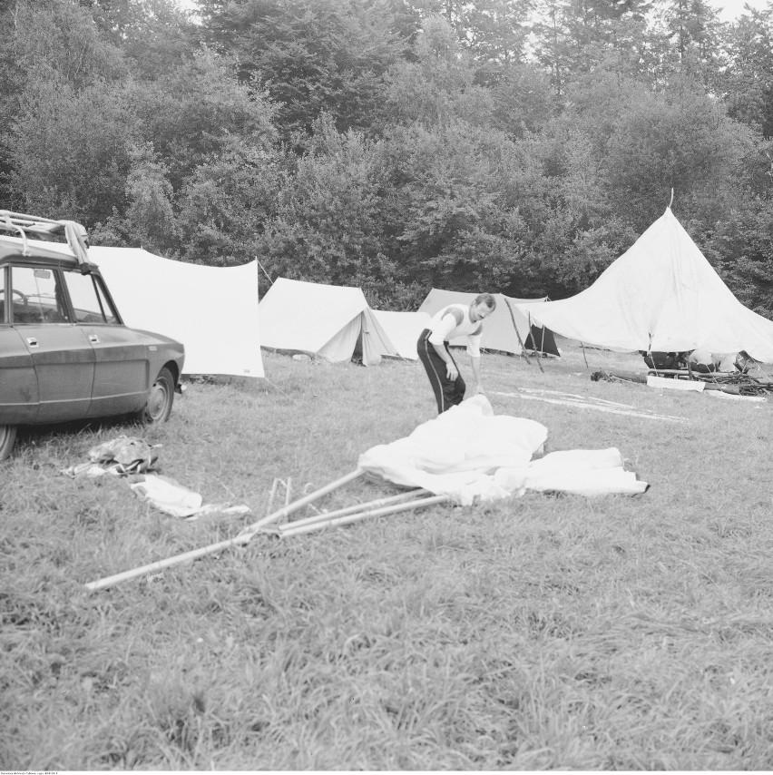 Bezmiechowa Górna Montaż lotni na biwaku. Widoczne namioty...