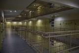 Za tymi murami siedzieli członkowie mafii pruszkowskiej i wołomińskiej. Zobacz, jak wygląda Zakład Karny w Międzyrzeczu od środka