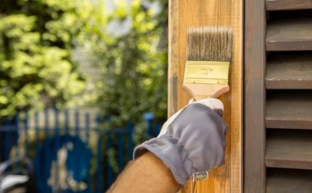 Drewnianą altanę możemy z powodzeniem pomalować samodzielnie. Zabezpieczymy ją przed różnymi czynnikami niszczącymi drewno i przy okazji nadamy jej wybrany kolor.
