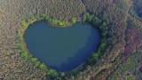 Pół godziny drogi od Świebodzina leży prawdziwy cud natury! To jezioro ma naprawdę kształt... serca