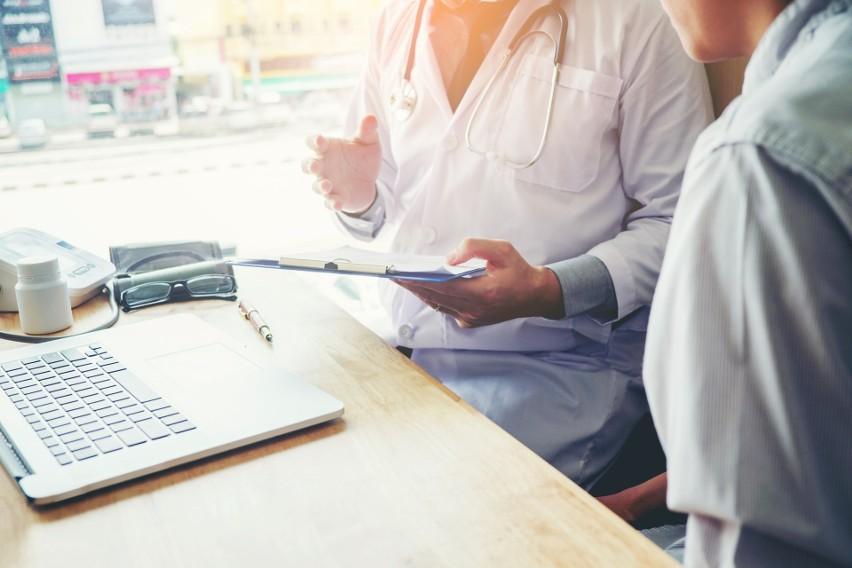 Dostępne terminy do lekarza specjalisty mogą być odległe. Dobrze jest sprawdzać kolejki NFZ do określonego lekarza specjalisty, aby zarezerwować sobie wizytę.