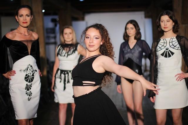 """""""Od kreacji do rzeczy"""". Studenci Pracowni Sztuk Projektowych WP-A UAM w Kaliszu zaprezentowali podczas wystawy swoje kolekcje ubrań oraz mniejsze koncepcje artystyczne w formie ubiorów, biżuterii i akcesoriów"""