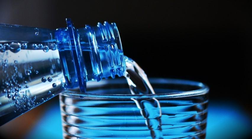 Bakterie coli w wodzie źródlanej. Sanepid ostrzega: sprawdź, czy nie pijesz wody od tego producenta