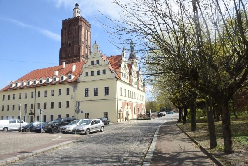 Ratusz w Gubinie jest położony w zachodniej części rynku i...