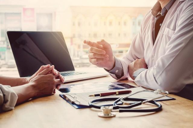 Ile czeka się na wizytę u lekarza specjalisty na NFZ? Sprawdź w naszym zestawieniu, gdzie kolejki NFZ są najkrótsze do danej lekarza specjalisty.