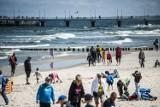 Słoneczna niedziela w Kołobrzegu. Na plaży wielu spacerowiczów ZDJĘCIA
