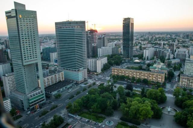 Taras widokowy na 30. piętrze Pałacu Kultury i Nauki - pl. Defilad 1.  Na 30. piętrze Pałacu Kultury i Nauki znajduje się taras widokowy dostępny dla zwiedzających. Taras pozwala zobaczyć panoramę Warszawy i zrobić ciekawe zdjęcia, także nocą.  Taras widokowy w PKiN - godziny otwarcia: * Codziennie w godz 10.00-20.00 * Od maja do września w każdy piątek i sobotę czynny jest Taras Nocą w godz. 20.00 - 23.30 * W grudniu świąteczny Taras Nocą w piątki i soboty w godz. 20.00 - 22.00 * 14 lutego w Walentynki w godz. 20.00 - 22.00  Bilety: * 20 zł - bilet normalny * 15 zł - bilet ulgowy * 15 zł - bilet grupowy (powyżej 10 osób ) * 22 zł - bilet na taras w porze nocnej