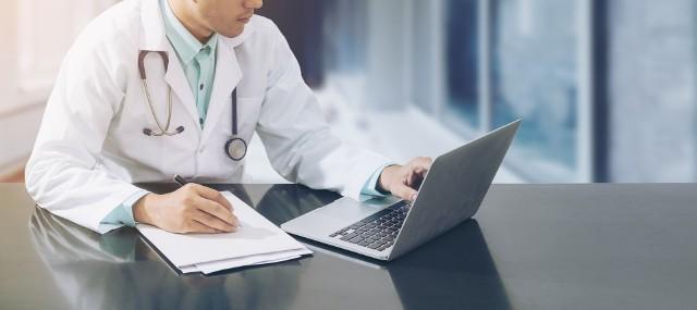 Jakie są możliwe terminy do lekarza specjalisty? Warto sprawdzić kolejki NFZ do danego specjalisty, aby umówić się na wizytę u lekarza.