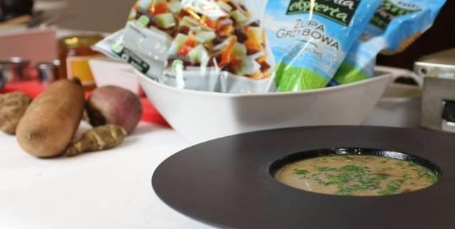 """Składniki na 1 porcję: • 400 g gotowej mieszanki na zupę grzybową, marki OERLEMANS """"Kuchnia Eksperta"""" • 50 g suszonych grzybów • 1 cebula • 1 litr bulionu jarskiego • 100 ml śmietany do zup (30 proc.) • 60 g mąki • 80 g masła • sól, pieprz, czosnek • natka pietruszki  Cebulę kroimy w drobną kostkę, podsmażamy na maśle do zeszklenia. Obniżamy temperaturę, dodajemy mrożoną gotową mieszankę na zupę grzybową, podsmażamy.   Namoczone kilka godzin wcześniej w zimnej wodzie grzyby, najlepiej borowiki, odsączamy, wody jednak nie wylewając, bo przyda nam się później. Odsączone grzyby kroimy w drobną kostkę, dodajemy do warzyw.   Następnie dolewamy po trochu uprzednio przygotowany bulion jarski, jeszcze raz zmniejszamy temperaturę i pozwalamy się naszej zupie powolutku grzać przez około godzinę, dodając jeszcze sól i pieprz do smaku, a jeśli ktoś lubi – także czosnek. Możemy też dodać nieco wody, w której moczyły się grzyby, co podniesie smak i aromat zupy.   Gdy warzywa będą miękkie, a wywar nabierze intensywnego smaku, dodajemy jeszcze śmietany, hartując ją najpierw odrobiną gorącego wywaru, by się nie zwarzyła. Jeśli ktoś lubi można też jeszcze zaciągnąć zupę odrobiną mąki, oczywiście też uprzednio rozprowadzonej gotującą się zupą.   Na koniec, gdy zupę nalejemy już na talerze, możemy ją jeszcze podsypać dla koloru i smaku, odrobiną drobno posiekanej świeżej natki pietruszki."""