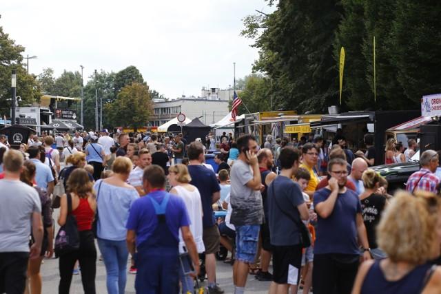 18 i 19 sierpnia na błoniach PGE Narodowego odbył się Festiwal Food Trucków.  Podczas dwudniowego, gastronomicznego święta odbył się także konkurs, w którym wyłoniono najlepszego burgera w Polsce. Przedstawiciel naszej redakcji zasiadł w radzie sędziowskiej, by ocenić 20 burgerów biorących udział w zawodach. Relację z tego wydarzenia znajdziecie w artykule poniżej, a fotorelację po kliknięciu w galerię.