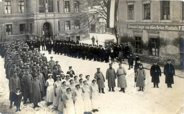 Świebodzin: Apel przed szpitalem św. Józefa. Plac Browarniany - Brauhausplatz