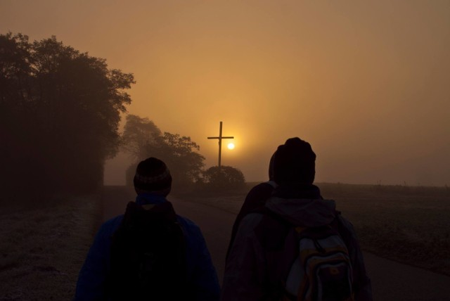 """Ekstremalna Droga Krzyżowa - idą w ciemności, chłodzie i milczeniu. """"To uzależnia"""". W Warszawie odbędzie się 11 marca"""