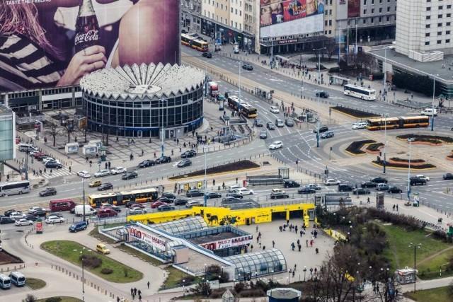 W Śródmieściu deweloperzy stawiają 11 nowych inwestycji mieszkaniowych. Nowych mieszkań jest w tej dzielnicy obecnie w sumie 386 (o 2 proc. więcej niż w pierwszym kwartale 2020 roku).   Od początku roku deweloperzy sprzedali tu 131 mieszkań. Średnia cena za metr (1 mkw.) wynosi tu zawrotne 17 478 zł, co jest zdecydowanie najwyższym wynikiem w Warszawie. Jeszcze ciekawiej wyglądają dane dotyczące cen transakcji.   W Śródmieściu przeciętna osoba kupuje 67-metrowe mieszkanie za 1 330 563 zł. To zawrotny wynik. Zdecydowanie najwyższy w stolicy i jedna z dwóch dzielnic, gdzie średnia cena zakupu przekroczyła milion.